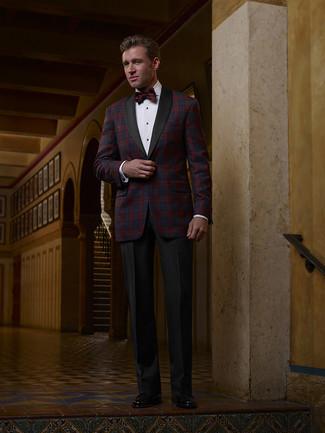 Come indossare e abbinare: blazer scozzese rosso e blu scuro, camicia elegante bianca, pantaloni eleganti neri, mocassini eleganti in pelle neri