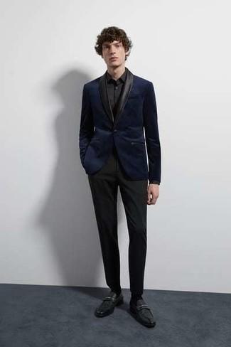 Come indossare e abbinare: blazer di velluto blu scuro, camicia elegante nera, pantaloni eleganti neri, mocassini eleganti in pelle neri