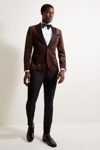 Come indossare e abbinare: blazer di velluto marrone scuro, camicia elegante bianca, pantaloni eleganti neri, mocassini eleganti in pelle neri