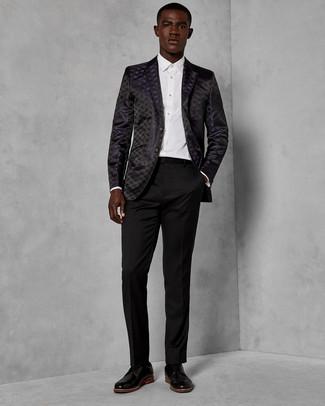 Come indossare e abbinare: blazer in broccato nero, camicia elegante bianca, pantaloni eleganti neri, scarpe derby in pelle nere