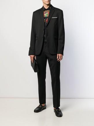 Come indossare e abbinare: blazer nero, camicia elegante stampata nera, pantaloni eleganti neri, mocassini eleganti in pelle neri