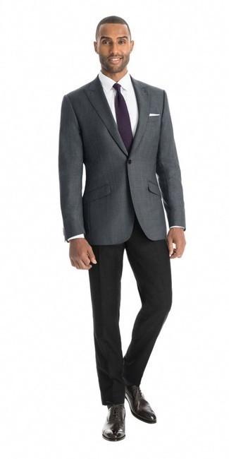 Come indossare e abbinare pantaloni eleganti neri: Scegli un outfit composto da un blazer a quadri grigio scuro e pantaloni eleganti neri per un look elegante e di classe. Mostra il tuo gusto per le calzature di alta classe con un paio di scarpe oxford in pelle marrone scuro.