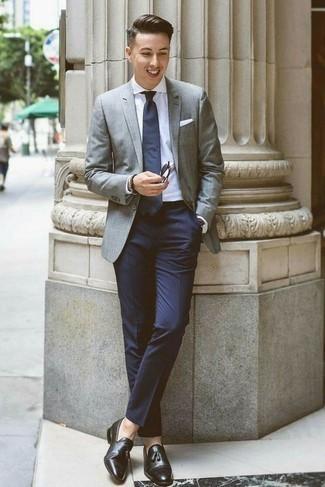 Trend da uomo: Metti un blazer grigio e pantaloni eleganti blu scuro per un look elegante e di classe. Questo outfit si abbina perfettamente a un paio di mocassini con nappine in pelle neri.