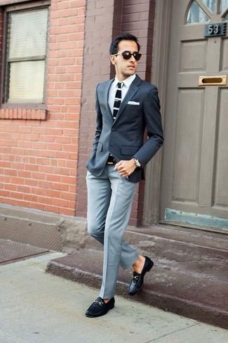 Come indossare e abbinare occhiali da sole marrone scuro: Per un outfit della massima comodità, punta su un blazer grigio scuro e occhiali da sole marrone scuro. Un paio di mocassini eleganti in pelle tessuti neri darà un tocco di forza e virilità a ogni completo.