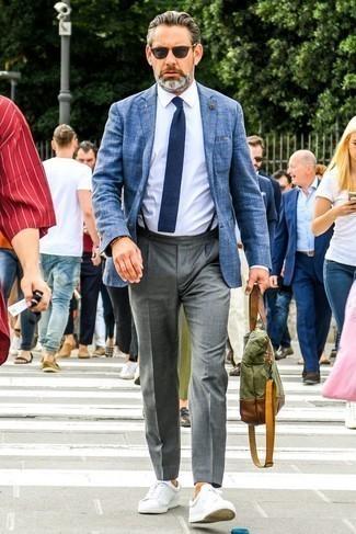 Come indossare e abbinare pantaloni eleganti grigi: Metti un blazer blu e pantaloni eleganti grigi come un vero gentiluomo. Per un look più rilassato, calza un paio di sneakers basse in pelle bianche.