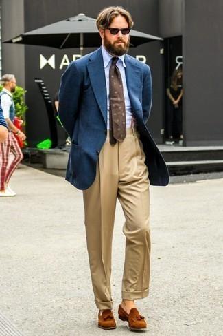 Come indossare e abbinare un blazer di lana blu scuro: Prova ad abbinare un blazer di lana blu scuro con pantaloni eleganti marrone chiaro per essere sofisticato e di classe. Ispirati all'eleganza di Luca Argentero e completa il tuo look con un paio di mocassini con nappine in pelle scamosciata terracotta.