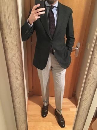 Come indossare e abbinare una cravatta stampata viola: Indossa un blazer verde scuro con una cravatta stampata viola per una silhouette classica e raffinata Completa questo look con un paio di scarpe derby in pelle marrone scuro.