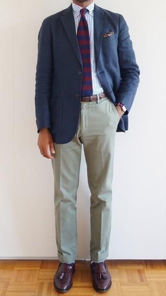 Come indossare e abbinare calzini a righe orizzontali blu scuro: Mostra il tuo stile in un blazer blu scuro con calzini a righe orizzontali blu scuro per un outfit rilassato ma alla moda. Rifinisci il completo con un paio di mocassini con nappine in pelle bordeaux.