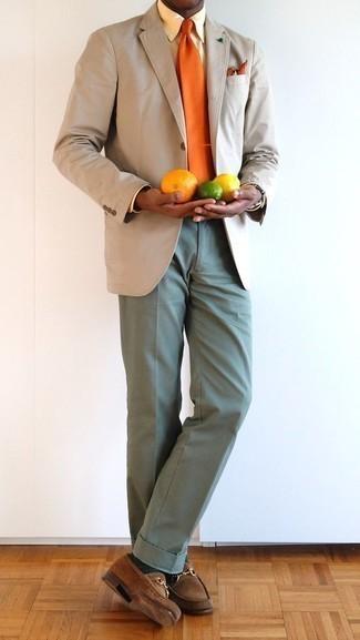 Come indossare e abbinare una cravatta arancione: Combina un blazer beige con una cravatta arancione per essere sofisticato e di classe. Calza un paio di mocassini eleganti in pelle scamosciata marroni per avere un aspetto più rilassato.