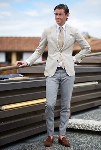 Come indossare e abbinare una cravatta marrone chiaro: Indossa un blazer beige con una cravatta marrone chiaro per un look elegante e di classe. Non vuoi calcare troppo la mano con le scarpe? Mettiti un paio di mocassini eleganti in pelle scamosciata marroni per la giornata.