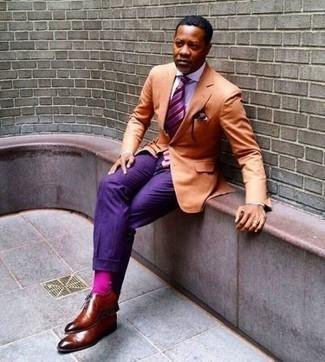 Come indossare e abbinare calzini fucsia: Potresti indossare un blazer arancione e calzini fucsia per un look comfy-casual. Mettiti un paio di scarpe oxford in pelle terracotta per mettere in mostra il tuo gusto per le scarpe di alta moda.