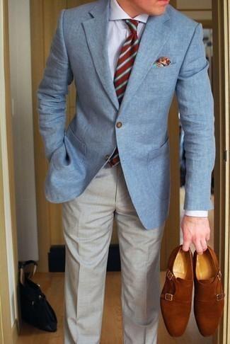 Come indossare e abbinare una cravatta a righe orizzontali rossa: Coniuga un blazer azzurro con una cravatta a righe orizzontali rossa per una silhouette classica e raffinata Scarpe double monk in pelle scamosciata terracotta sono una splendida scelta per completare il look.