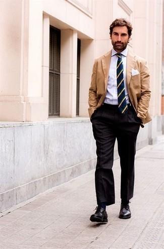 Come indossare e abbinare pantaloni eleganti grigio scuro: Mostra il tuo stile in un blazer marrone chiaro con pantaloni eleganti grigio scuro per un look elegante e di classe. Scarpe derby in pelle nere sono una gradevolissima scelta per completare il look.