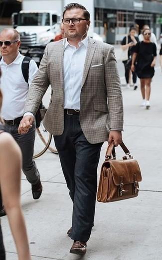 Come indossare e abbinare pantaloni eleganti grigio scuro: Opta per un blazer scozzese marrone e pantaloni eleganti grigio scuro per un look elegante e alla moda. Mocassini con nappine in pelle marroni sono una valida scelta per completare il look.