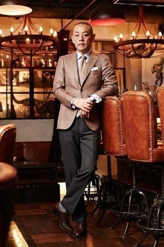 Come indossare e abbinare un orologio in pelle bordeaux: Mostra il tuo stile in un blazer marrone chiaro con un orologio in pelle bordeaux per un'atmosfera casual-cool. Mettiti un paio di scarpe oxford in pelle marroni per un tocco virile.