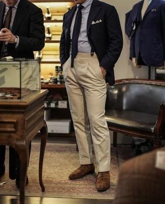 Come indossare e abbinare un fazzoletto da taschino beige: Punta su un blazer blu scuro e un fazzoletto da taschino beige per un look comfy-casual. Sfodera il gusto per le calzature di lusso e mettiti un paio di scarpe derby in pelle scamosciata marroni.