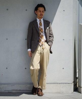 Come indossare e abbinare pantaloni eleganti marrone chiaro: Prova a combinare un blazer grigio con pantaloni eleganti marrone chiaro per essere sofisticato e di classe. Per distinguerti dagli altri, mettiti un paio di stivali casual in pelle marroni.