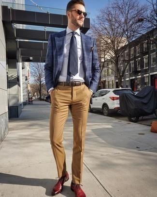 Come indossare e abbinare pantaloni eleganti marrone chiaro: Potresti abbinare un blazer scozzese blu scuro con pantaloni eleganti marrone chiaro per una silhouette classica e raffinata Sfodera il gusto per le calzature di lusso e prova con un paio di scarpe oxford in pelle rosse.