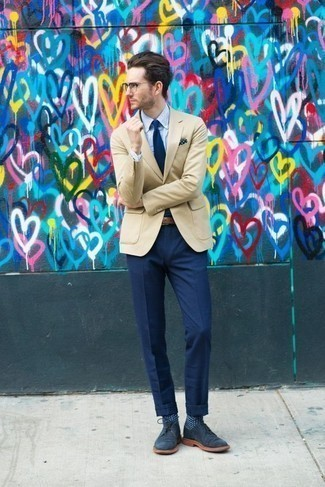 Come indossare e abbinare un blazer beige: Punta su un blazer beige e pantaloni eleganti blu scuro per una silhouette classica e raffinata Mettiti un paio di chukka in pelle scamosciata blu scuro per un tocco più rilassato.
