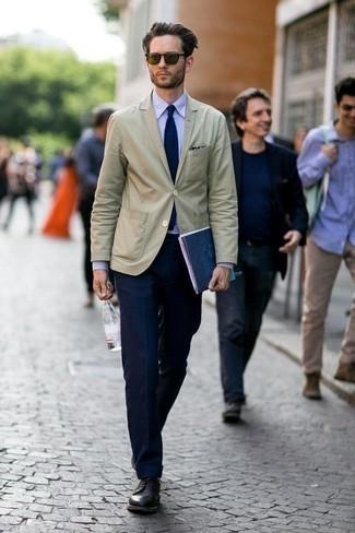 Come indossare e abbinare un blazer beige: Mostra il tuo stile in un blazer beige con pantaloni eleganti blu scuro come un vero gentiluomo. Scarpe derby in pelle nere sono una validissima scelta per completare il look.