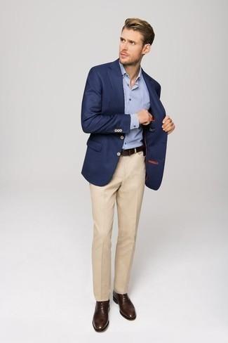 Trend da uomo 2020 in modo formale: Abbina un blazer blu scuro con pantaloni eleganti beige per un look elegante e alla moda. Scarpe oxford in pelle marrone scuro sono una valida scelta per completare il look.