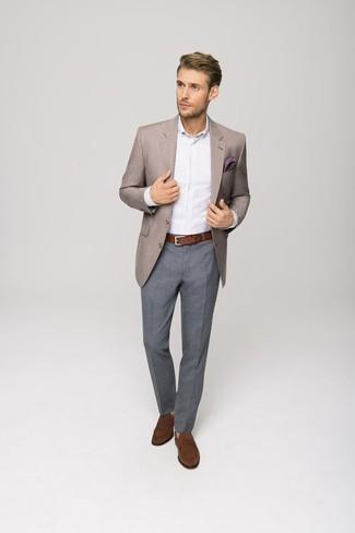 Trend da uomo 2020 in modo formale: Potresti abbinare un blazer marrone chiaro con pantaloni eleganti grigi come un vero gentiluomo. Mocassini eleganti in pelle scamosciata marroni sono una gradevolissima scelta per completare il look.
