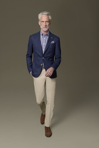 Trend da uomo 2020 in modo formale: Potresti indossare un blazer blu scuro e pantaloni eleganti beige come un vero gentiluomo. Scarpe oxford in pelle scamosciata marroni sono una eccellente scelta per completare il look.