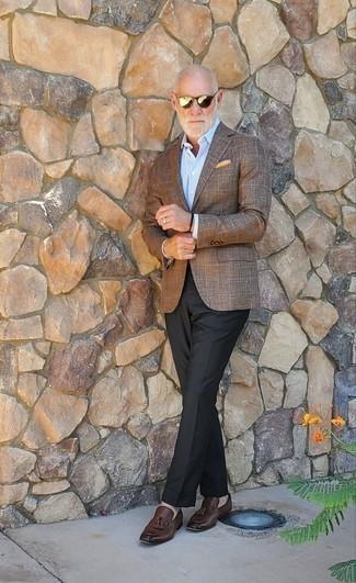 Come indossare e abbinare mocassini con nappine in pelle marrone scuro: Potresti indossare un blazer a quadri marrone e pantaloni eleganti neri per essere sofisticato e di classe. Mocassini con nappine in pelle marrone scuro sono una eccellente scelta per completare il look.