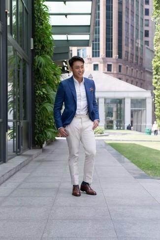 Come indossare e abbinare scarpe oxford in pelle marroni: Scegli un outfit composto da un blazer blu e pantaloni eleganti bianchi per un look elegante e alla moda. Completa questo look con un paio di scarpe oxford in pelle marroni.