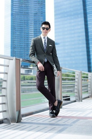 Come indossare e abbinare mocassini con nappine in pelle neri: Metti un blazer grigio scuro e pantaloni eleganti melanzana scuro per un look elegante e di classe. Perfeziona questo look con un paio di mocassini con nappine in pelle neri.