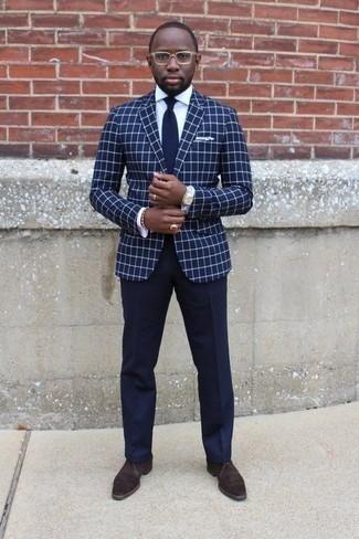 Come indossare e abbinare un orologio argento: Potresti combinare un blazer a quadri blu scuro con un orologio argento per una sensazione di semplicità e spensieratezza. Sfodera il gusto per le calzature di lusso e calza un paio di chukka in pelle scamosciata marrone scuro.