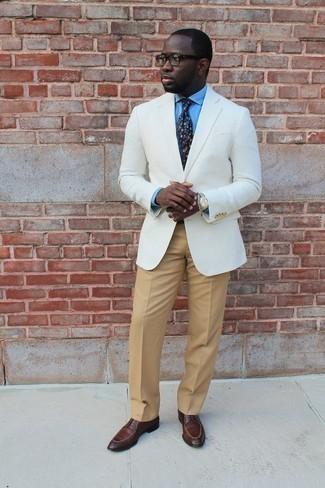 Come indossare e abbinare un orologio argento: Indossa un blazer bianco con un orologio argento per un look perfetto per il weekend. Calza un paio di scarpe derby in pelle marroni per un tocco virile.