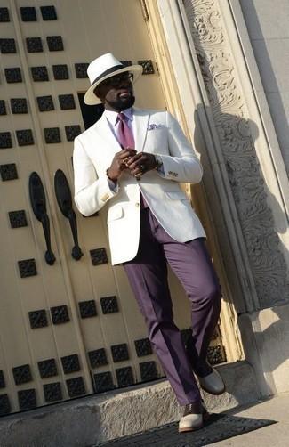 Come indossare e abbinare un orologio argento: Metti un blazer bianco e un orologio argento per un outfit rilassato ma alla moda. Scegli uno stile classico per le calzature e indossa un paio di scarpe oxford in pelle bianche e nere.