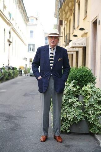 Moda uomo anni 60: Una scelta semplice come un blazer blu scuro e pantaloni eleganti grigi può distinguerti dalla massa. Chukka in pelle terracotta aggiungono un tocco particolare a un look altrimenti classico.