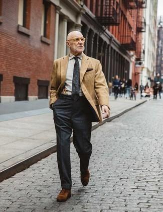 Moda uomo anni 60: Coniuga un blazer marrone chiaro con pantaloni eleganti grigio scuro come un vero gentiluomo. Rifinisci questo look con un paio di scarpe oxford in pelle scamosciata marroni.