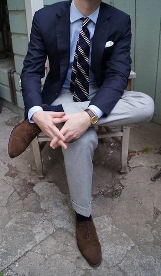 Come indossare e abbinare calzini a pois blu scuro e bianchi: Per un outfit della massima comodità, abbina un blazer blu scuro con calzini a pois blu scuro e bianchi. Perché non aggiungere un paio di scarpe oxford in pelle scamosciata marrone scuro per un tocco di stile in più?