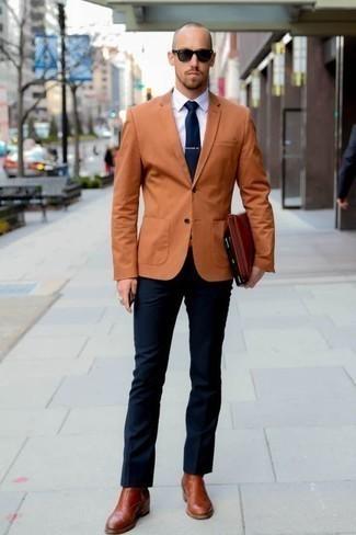 Come indossare e abbinare occhiali da sole neri: Scegli un blazer terracotta e occhiali da sole neri per una sensazione di semplicità e spensieratezza. Impreziosisci il tuo outfit con un paio di stivali chelsea in pelle terracotta.
