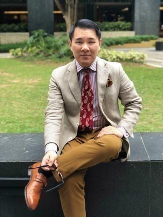 Trend da uomo 2020 in modo formale: Opta per un blazer a quadri beige e pantaloni eleganti marrone chiaro per essere sofisticato e di classe.