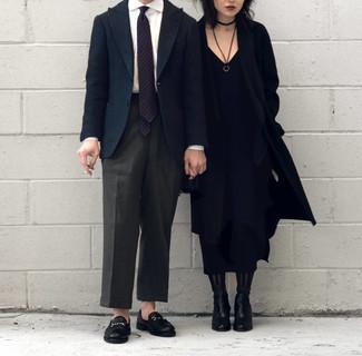 Trend da uomo 2020 in modo formale: Prova ad abbinare un blazer di lana blu scuro con pantaloni eleganti grigio scuro per un look elegante e di classe. Mocassini eleganti in pelle neri sono una buona scelta per completare il look.
