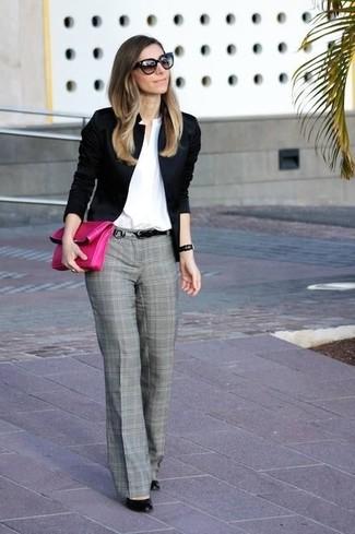 Mostra il tuo stile in un blazer nero con pantaloni eleganti scozzesi grigi per un outfit che si fa notare. Perfeziona questo look con décolleté in pelle neri.