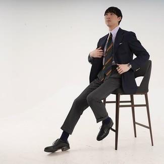 Come indossare e abbinare un blazer nero: Mostra il tuo stile in un blazer nero con pantaloni eleganti grigio scuro per essere sofisticato e di classe. Scarpe oxford in pelle nere sono una valida scelta per completare il look.
