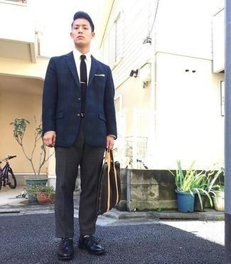 Moda uomo anni 30: Combina un blazer scozzese blu scuro e verde con pantaloni eleganti di lana grigio scuro come un vero gentiluomo.