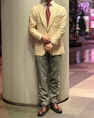 Moda uomo anni 30: Potresti abbinare un blazer a quadri giallo con pantaloni eleganti verde oliva per una silhouette classica e raffinata Perfeziona questo look con un paio di scarpe derby in pelle marroni.