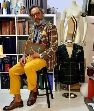 Come indossare e abbinare un fazzoletto da taschino giallo: Mostra il tuo stile in un blazer scozzese marrone con un fazzoletto da taschino giallo per un look perfetto per il weekend. Prova con un paio di scarpe oxford in pelle marrone scuro per un tocco virile.
