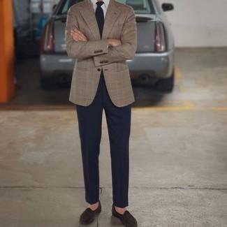 Come indossare e abbinare una cravatta blu scuro: Mostra il tuo stile in un blazer scozzese marrone chiaro con una cravatta blu scuro per un look elegante e di classe. Mocassini eleganti in pelle scamosciata marrone scuro sono una validissima scelta per completare il look.