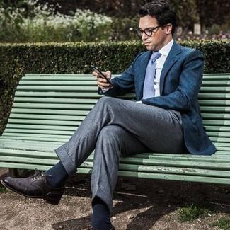 Come indossare e abbinare scarpe brogue in pelle marrone scuro: Mostra il tuo stile in un blazer blu scuro con pantaloni eleganti grigi come un vero gentiluomo. Per distinguerti dagli altri, opta per un paio di scarpe brogue in pelle marrone scuro.