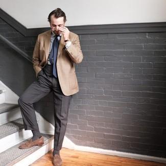 Come indossare e abbinare una cravatta blu scuro: Prova ad abbinare un blazer a quadri marrone chiaro con una cravatta blu scuro per essere sofisticato e di classe. Ispirati all'eleganza di Luca Argentero e completa il tuo look con un paio di mocassini eleganti in pelle scamosciata marroni.