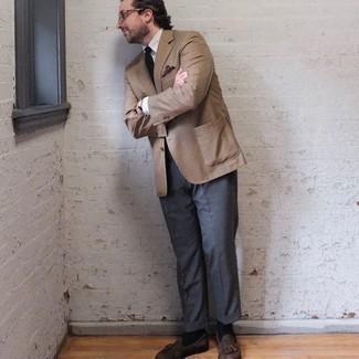 Trend da uomo 2020: Prova ad abbinare un blazer a quadri marrone chiaro con pantaloni eleganti grigio scuro per essere sofisticato e di classe. Completa questo look con un paio di mocassini con nappine in pelle scamosciata marroni.