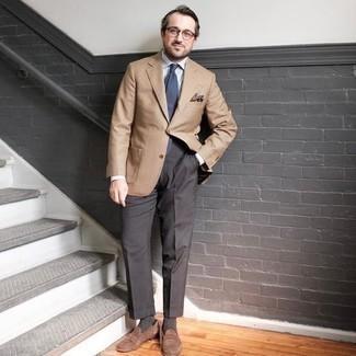 Come indossare e abbinare una cravatta blu scuro: Prova a combinare un blazer marrone chiaro con una cravatta blu scuro per un look elegante e di classe. Per distinguerti dagli altri, scegli un paio di mocassini eleganti in pelle scamosciata marroni.