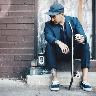 Come indossare e abbinare pantaloni eleganti blu scuro: Potresti indossare un blazer blu e pantaloni eleganti blu scuro come un vero gentiluomo. Scegli un paio di sneakers basse di tela blu scuro e bianche come calzature per avere un aspetto più rilassato.